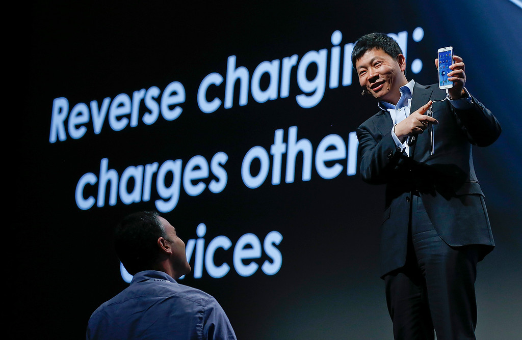 Description of . Huawei Consumer Business Group CEO Richard Yu demonstrates the Ascend Mate 2 smartphone\'s ability to charge other devices during the International Consumer Electronics Show, Monday, Jan. 6, 2014, in Las Vegas. (AP Photo/Julie Jacobson)