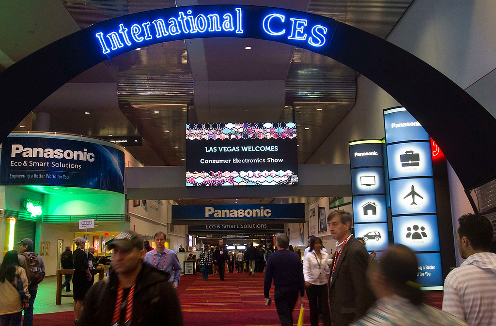 . Attendees walk through the lobby of the Las Vegas Convention Center prior to the opening of the trade show floor at the Consumer Electronics Show (CES) in Las Vegas January 8, 2013. (REUTERS/Steve Marcus)