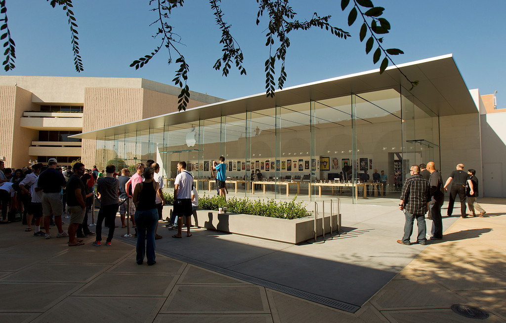 . A crowd gathers before the opening of the redesigned Apple Store at the Stanford Shopping Center in Palo Alto, Calif., on Saturday, Sept. 7, 2013.  (LiPo Ching/Bay Area News Group)
