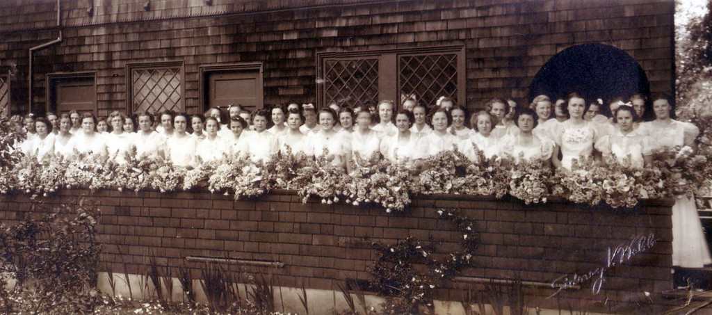 . Graduates of the Anna Head School in Berkeley in 1900. (Head Royce School Archives)