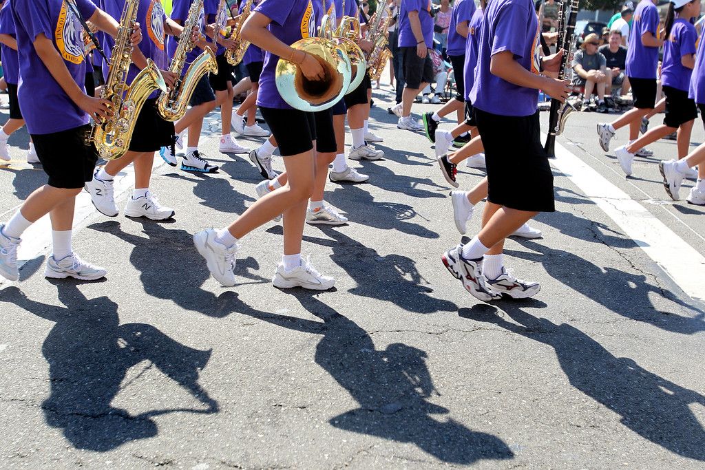 . The Lincoln Middle School band perform as they take part in the Alameda Mayor\'s July 4th Parade on Park Street in Alameda, Calif., on Thursday, July 4, 2013. (Ray Chavez/Bay Area News Group)