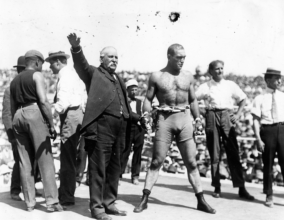 """. Reno, NV Circa 1910 - Annoucer Billy Jordon (in suit) presents former Heavyweight Champion of the World Jim Jeffries who came out of retirement to challenge Jack Johnson. (Edward \""""Doc\"""" Rogers / Oakland Tribune)"""