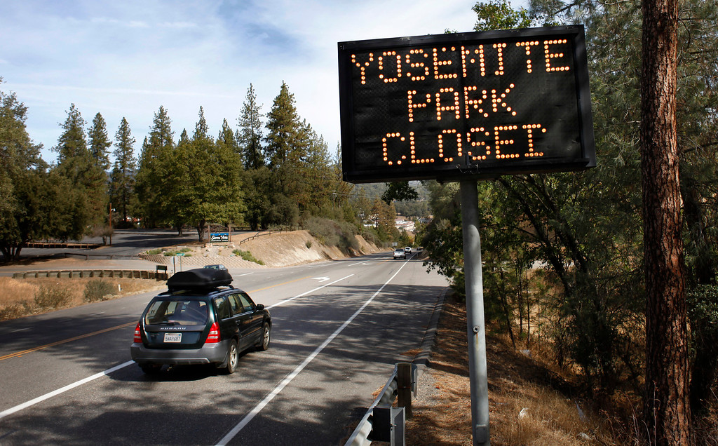 ". A sign on Route 41 in Oakhurst, Calif., notifies travelers that Yosemite National Park is closed Tuesday, Oct. 1, 2013. The shutdown of the federal government overnight meant that some federal employees, such as rangers who staff national parks, were furloughed as their positions are considered ""non-essential.\"" The shutdown means anyone who is in Yosemite National Park has 48 hours to leave if the House and Senate can\'t come to an agreement on a funding bill that puts the federal government back in business. (Patrick Tehan/Bay Area News Group)"